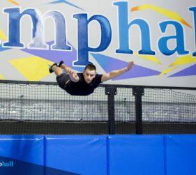Triki i ewolucje na trampolinie dla początkujących i zaawansowanych