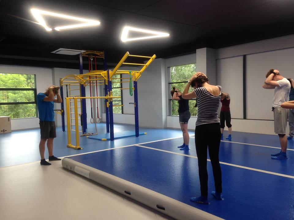 Wymyk i odmyk na drążku – nauka i ćwiczenia
