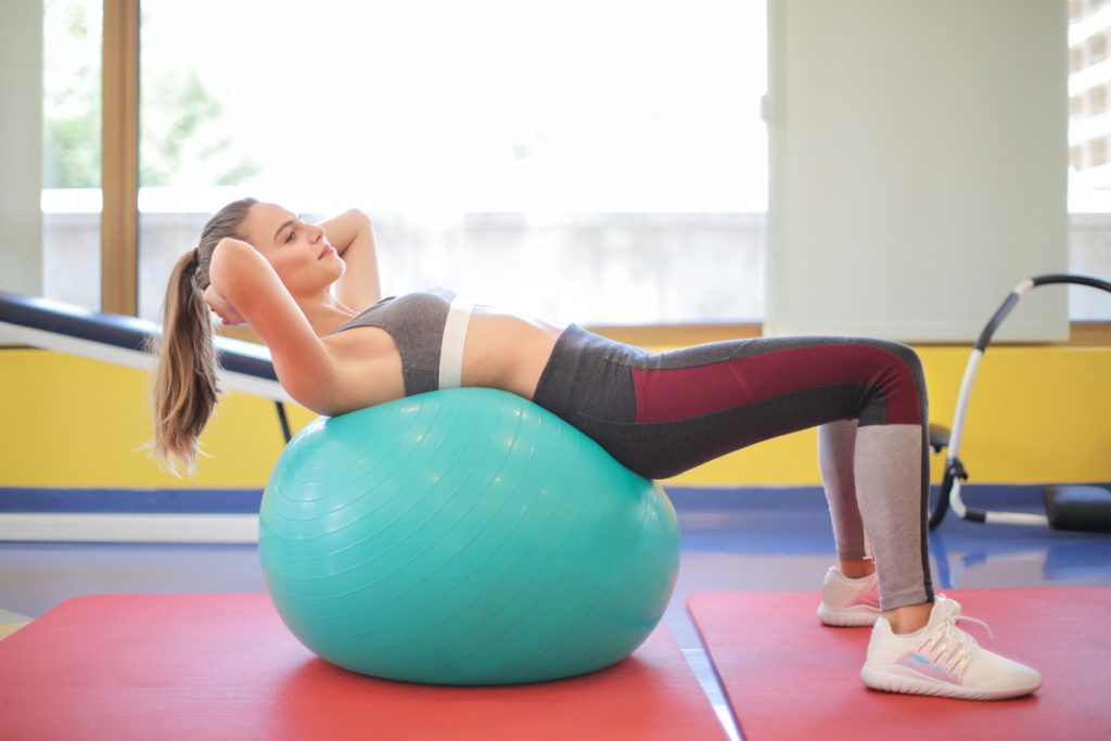 Trening z piłką gimnastyczną – co daje i czy warto?